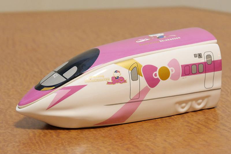 淡路屋の「ハローキティ新幹線弁当」。陶器の弁当箱はハローキティ新幹線の500系先頭車両をデフォルメしつつ再現している