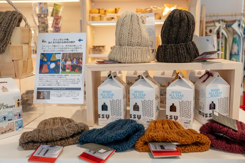 暖かそうなウールのニット帽はミッシーファルミというブランド。草木染めの優しいカラーが特徴です