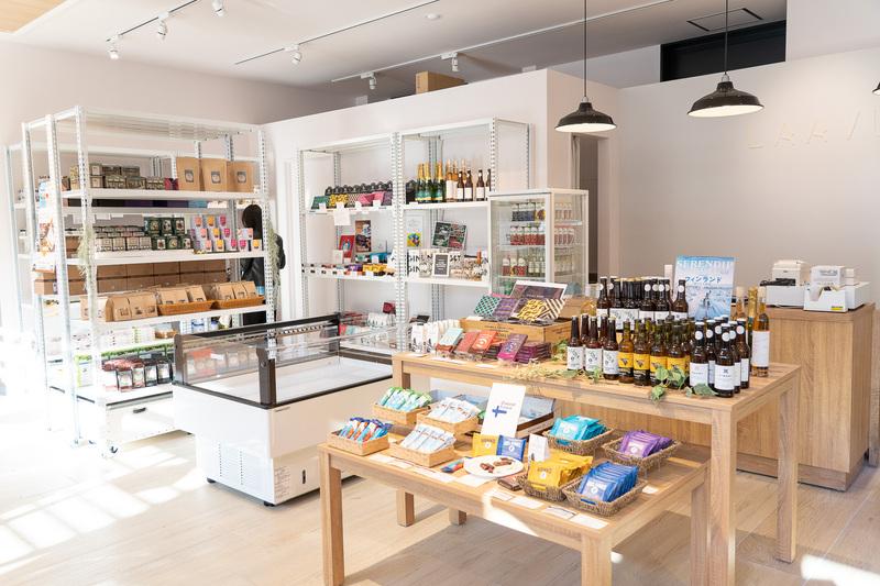 フィンランドのチョコレートや食材を売るお店。北欧パッケージは見ていて飽きません