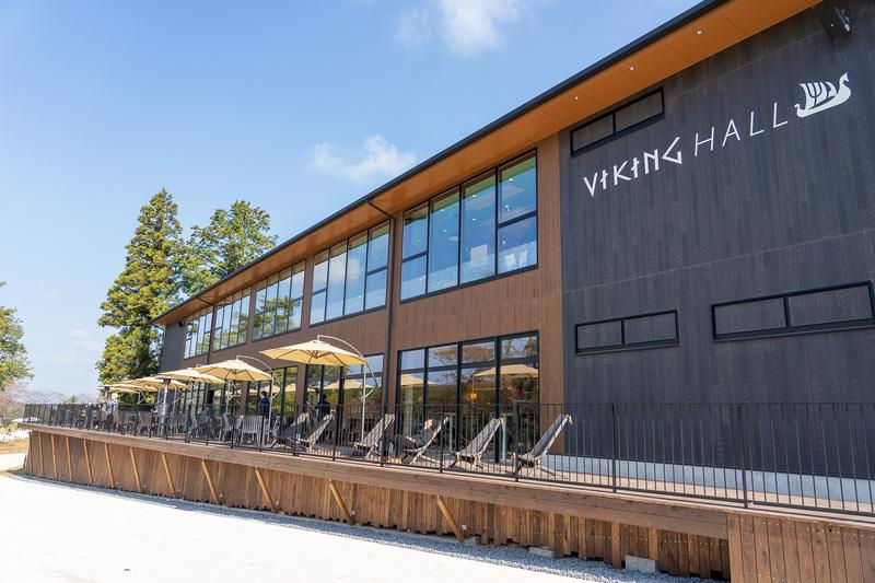 こちらはレストラン棟。晴れた日には湖を見ながらのテラス席がお勧めです