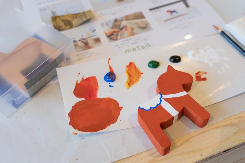 幸せを呼ぶ、メッツァダーラヘストの絵付け体験は1000円で開催していました。大人も夢中になって参加できるプログラムがいっぱい