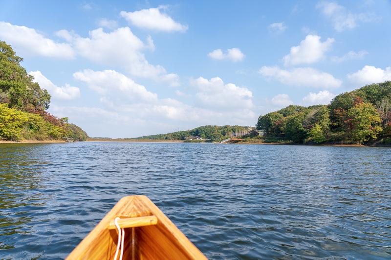 水面が近くて自然と一体感が味わえるカヌー。疲れたらゆらゆら揺れているだけでも気持ちがいい(中学生以上は1人2000円/時間)