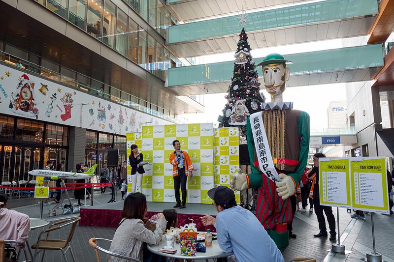 自治体PRが行なわれるステージ。マスコットキャラクターも多数登場する。写真左に写るのは日本一背が高いと言われる長崎県南島原市のキャラクター「ベイガ船長」