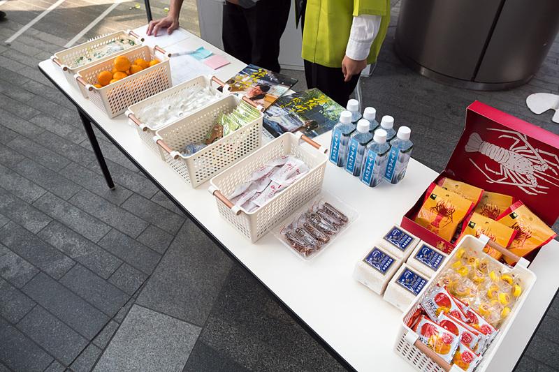 ダーツコーナーでは矢(の代わりの磁石)が当たった県の産品をプレゼント