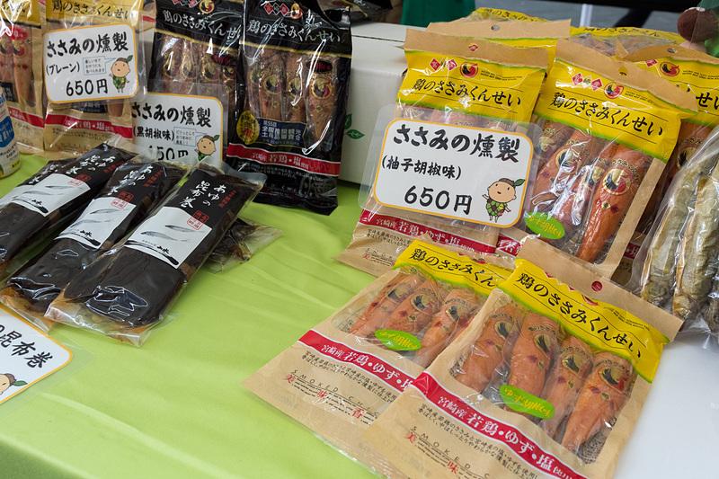 ユネスコエコパークに登録されている宮崎県綾町はマスコットキャラクター「もりりん」のぬいぐるみも売り子さんに。綾川で獲れた鮎や、若鶏のささみ、日向夏のジュースなどを販売