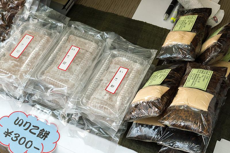 宮崎県高原町のブースでは、フードコーナーにも提供している「たかはる紅茶ゆるり」や「いりこもち」などを販売。「たかはる紅茶ゆるり」は2011年の新燃岳噴火で茶葉が被害を受けたことをきっかけに生まれたもの。砂糖を入れなくても甘みがある独特の風味が特徴という