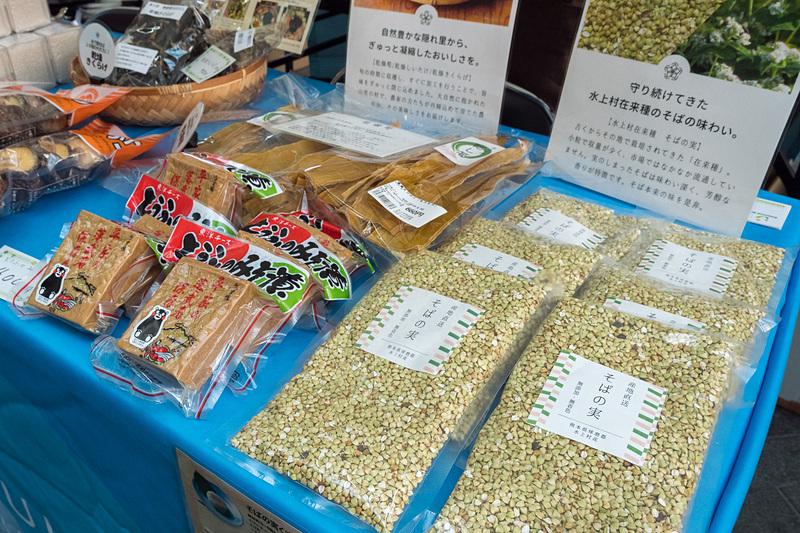 熊本県水上村のブースでは、2018年の新米「ひとしずく」のキューブパッケージを販売。水上村在来種の「そばの実」はレシピも紹介