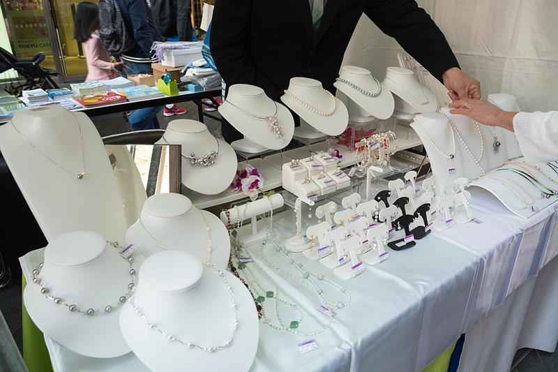 熊本県天草広域本部からは有限会社苓北真珠が出展。真珠製品を販売している。ちなみに天草では真珠アクセサリーの制作体験などもできる