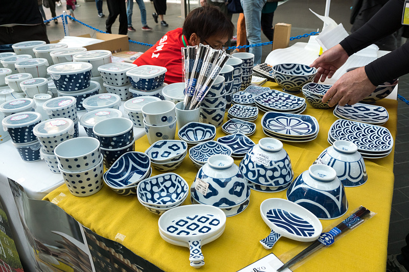 長崎県波佐見町は「波佐見焼」の陶器販売コーナーのほか、波佐見焼のアクセサリーを作るワークショップを展開。ワークショップは有料(300~1500円)となるがネックレスやイヤリング、バッジなどを制作できる