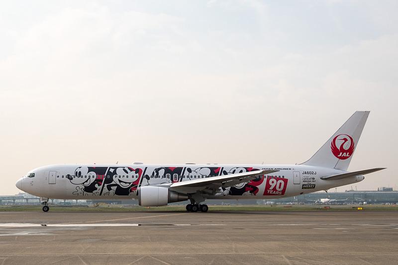 JALとウォルト・ディズニー・ジャパンとコラボレーションし、ミッキーマウスのスクリーンデビュー90周年を記念した特別塗装機「JAL DREAM EXPRESS 90(JALドリームエクスプレス90)」を就航した