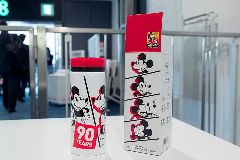 機内販売されている「JALオリジナル ミッキーマウス 90周年デザイン ステンレスボトル」(3000円、JALカード価格2700円)