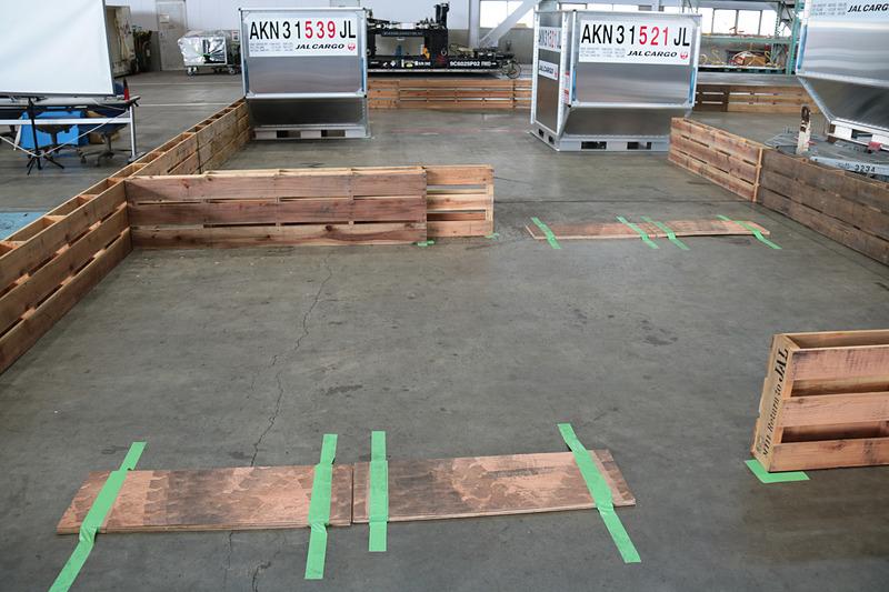 木枠で組まれた個人戦のコース。板が貼られていて、この段差を越える際に風船が割れることがほとんどだった