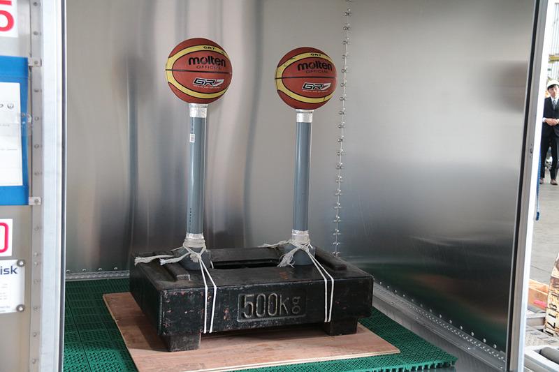 500kgの重りの上に立てられたポールにボールが置かれ、それを落とさないで移動させるためにはコンテナの水平を維持するなど、熟練者でなければできないこと