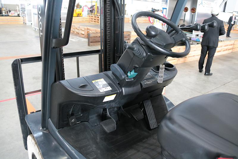 競技での使用機材はトヨタL&F(ロジスティクス&フォークリフト)の「GENEO(ジェネオ)」。電子制御クリーンディーゼルエンジン搭載車だが、空港によっては電動車両しか使用していない場所もあり、扱いに不慣れな参加者もいた様子
