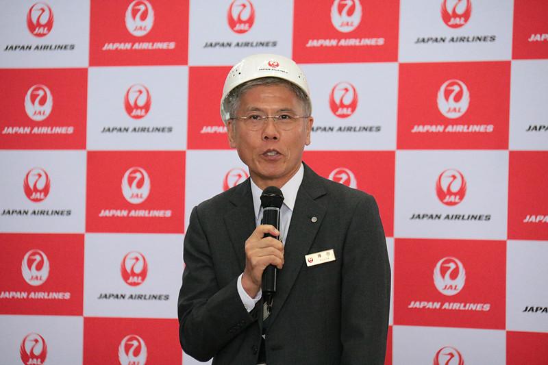 参加者を激励する日本航空株式会社 代表取締役副社長 藤田直志氏。昼休憩の前に行なわれた「貨物早積競争」(コンテナのなかに、危険物などを分別しながら、効率よく大きさの異なる段ボールを詰め込む時間を競う競技)にも、ほかの役員とともに参加していた