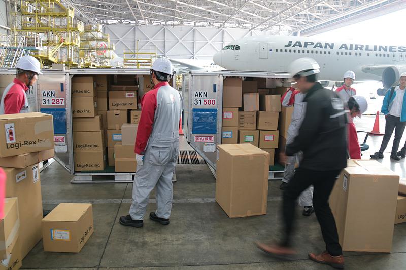 こちらは各空港対抗の「貨物早積競争」の模様。各回2つの空港で競い、買ったチームにはJALのロゴ入りタオルが渡されていた