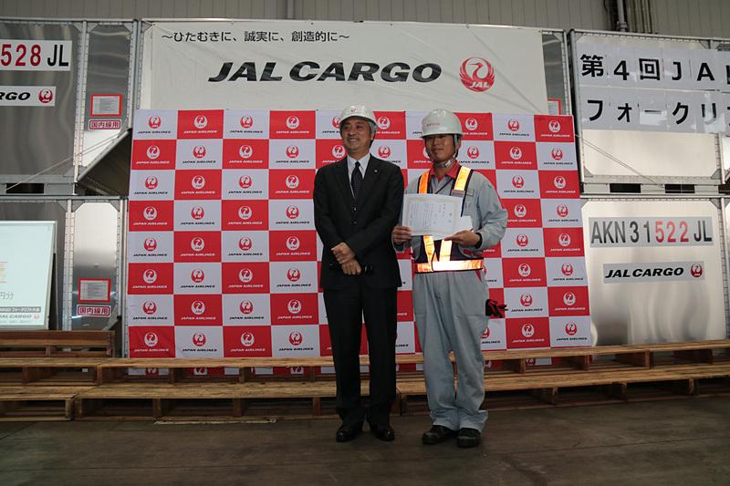 写真左から、個人戦優勝の成田空港の曲木光平さん、2位の伊丹空港の畑雄一郎さん、3位の松山空港の村口一さん