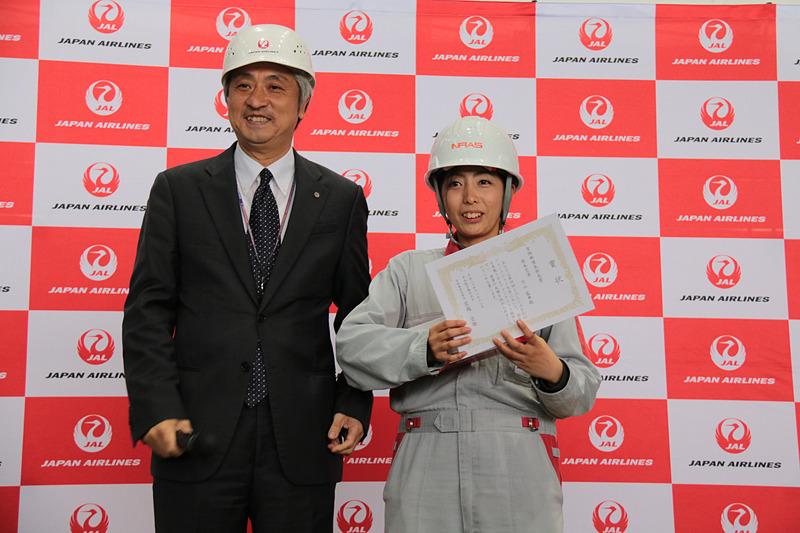 役員賞は三沢空港の大滝信代志さん(写真左)と熊本空港の竹山藍華さん(写真中央)。賞状とモデルプレーンが贈られた