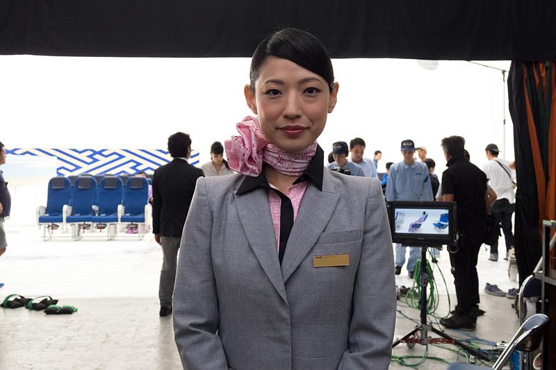 撮影時にインタビューに応えたCAの小倉さん