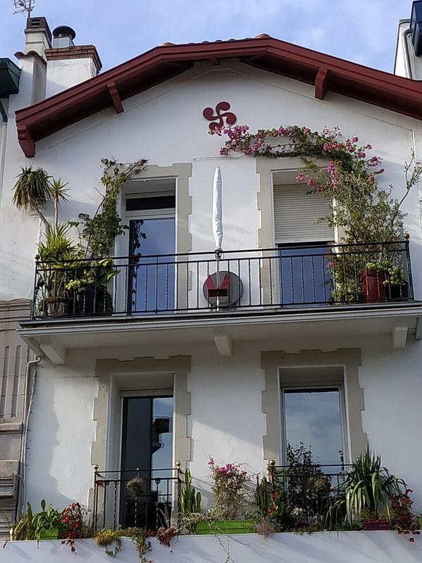 町のいたるところに「ラウブル」と呼ばれるバスクのシンボルマークがあります。バスク十字とも呼ばれています