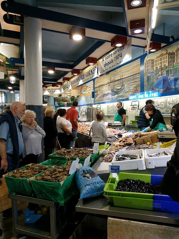 火曜日と金曜日の午前中には屋外市場ができます。それ以外の日の午前中は屋内市場のみです