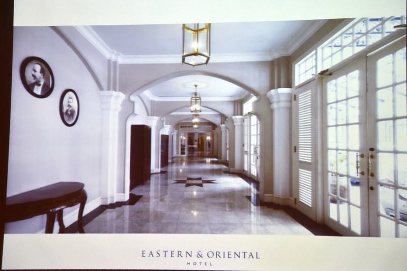 落ち着いた雰囲気でラグジュアリーな時が過ごせる本館。創業者の写真も壁に掲げられている