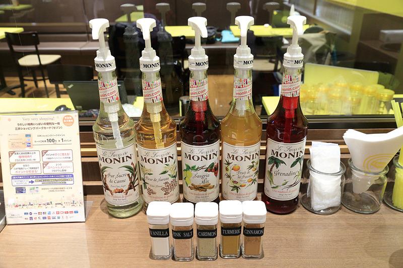「CONDIMENT BAR(コンディメントバー)」には多彩な味のシロップやスパイスが並ぶ