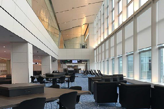 「羽田空港 第2ターミナル サテライト」は2階を吹き抜けにすることでラウンジのような環境を演出し、さまざまな目的に応じたソファなどを配置する