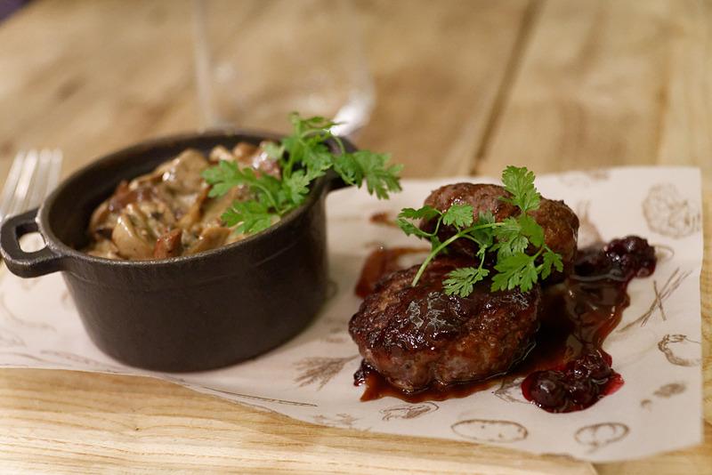 メインディッシュはジビエ料理。バルト海に浮かぶエストニア領サーレマー島産のイノシシを使ったハンバーグ。赤ワインとブラックベリーのソースで。左はマッシュルームリゾット