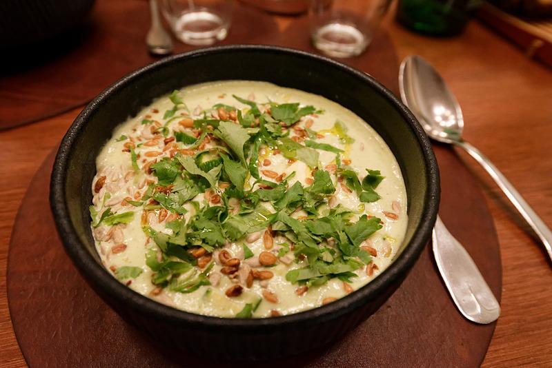 冷製ズッキーニスープ。コリアンダーとヒマワリの種が添えられている。コリアンダーが利いているのか、全体的にセロリのような味わいで、胃が休まる