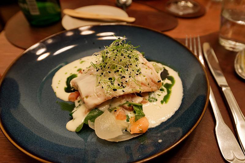 サーレマー島から取り寄せた白身魚の料理。スペイン風温野菜サラダをヨーグルトドレッシングで