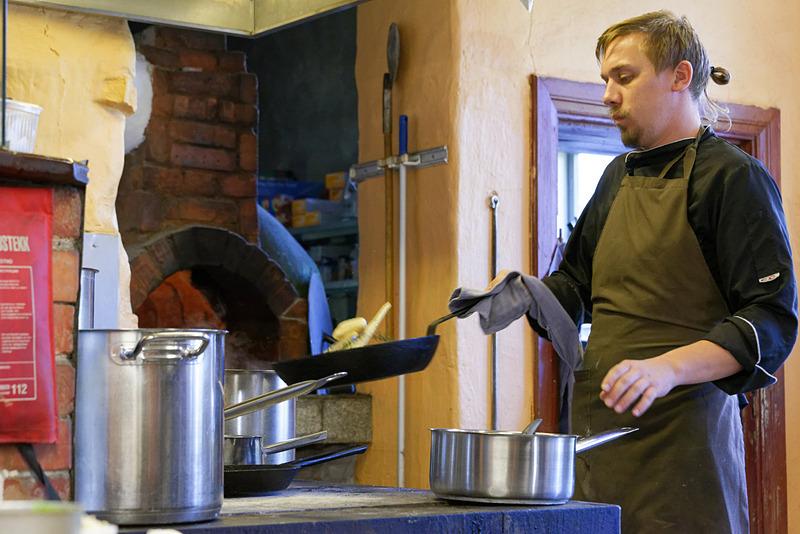 キッチンでは数人のコック、スタッフが忙しく働いていた