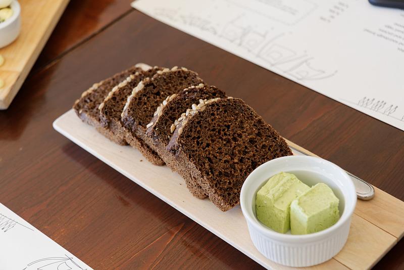 黒パンは独特の酸っぱさやパサパサ感がゼロ。しっとりしていて黒糖パンのよう