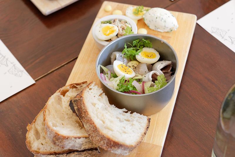 器に入っているのは近海でよく獲れるパイクなどの白身魚とウズラの卵のサラダ。魚は塩漬けしたもののようだが薄味で、刺身好きな日本人の舌にも合いそう
