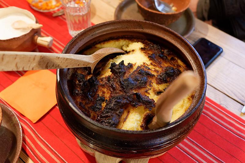 中はあっつあつのマッシュポテト。オーブンで焼いたという。焦げも香ばしくてクセになる