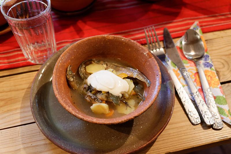 近くの湖で獲れるという小魚と、ポテト、人参、タマネギ、麦などが入ったスープ。サワークリームをのせるとまたひと味違う。これらの料理は1人当たり7~10ユーロと、ずいぶんリーズナブル。ただしグループでの予約のみとなる