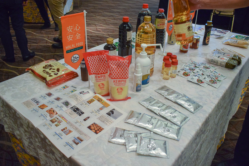 ハラール、ベジタリアン向けの食材や調味料などが展示されていた。醤油やわさびといった和食に欠かせないものもあった