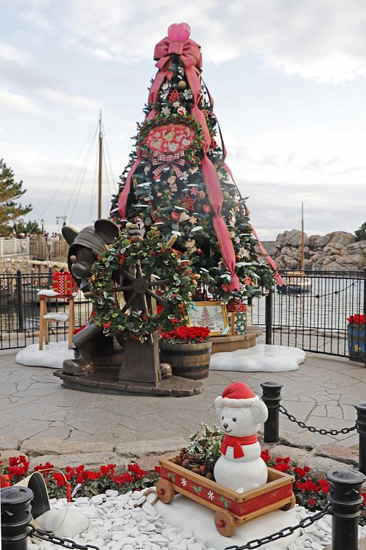 大きなピンクのリボンで飾られたクリスマスツリーが登場