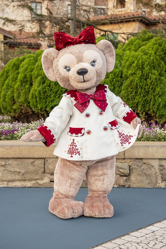 ダッフィーのグリーティングはレビューショーの白いコート姿、シェリーメイのグリーティングも赤いリボンがかわいいレビューショーの衣装で登場(画像提供:オリエンタルランド)
