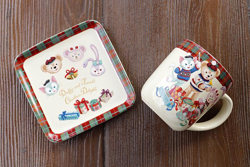 「ダッフィーのクリスマス」のかわいらしい絵柄のプレートとカップ。お揃いで使いたい