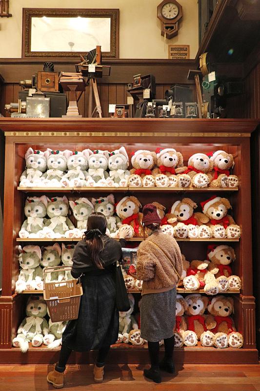 「ダッフィー」と「ジェラトーニ」(各1万3000円)の大型のぬいぐるみにクリスマスバージョンが登場