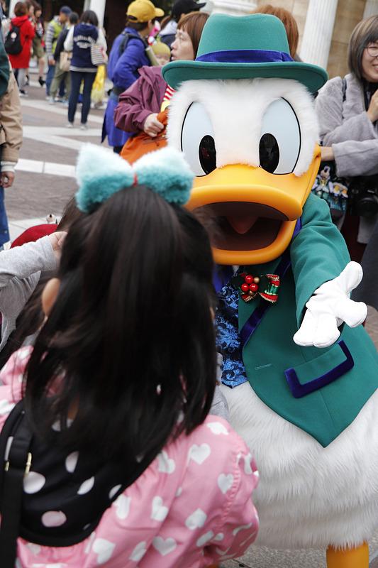 フリーのキャラクターグリーティングに登場するドナルドダックはクリスマスの飾り付き