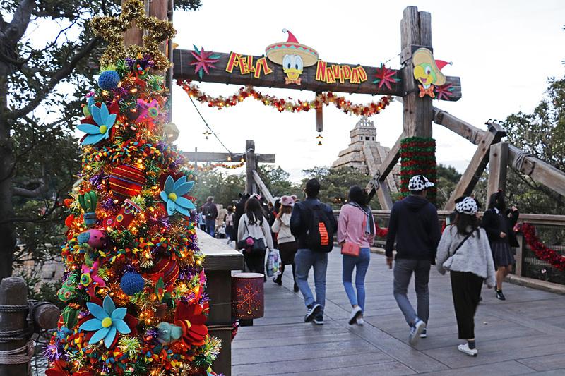 ロストリバーデルタの橋はクリスマスの豪華な飾り付けに