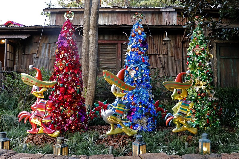 個性的で鮮やかなクリスマスツリー。夜も華やかにライトアップされる