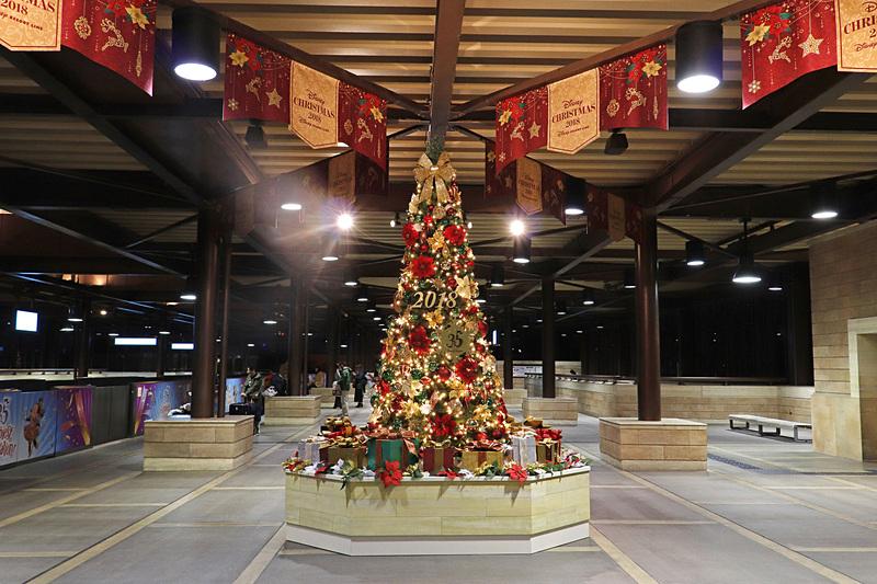東京ディズニーシー・ステーションの大人の雰囲気漂うゴージャスなクリスマスツリー