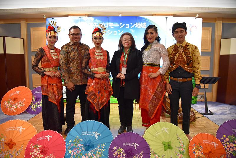 インドネシア共和国観光省 優先開発観光地促進委員会 ララサティ・スディアニンシィ氏(右から3番目)とレイク・トバ観光協会国際マーケティング部長ワユ・ディト・ガリッ・インダルト氏(左から2番目)らがセミナーのために来日