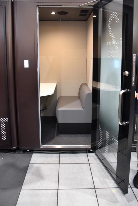 室内サイズは品川駅のブースが底辺約1.2m×1.2m、高さ約2.2m