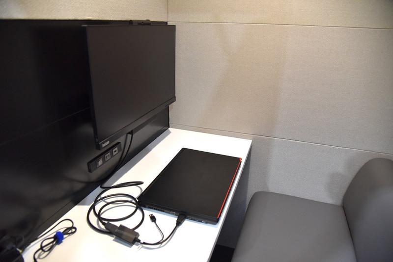 「business」向けのブース内部。デスクにノートPCを配置してみた