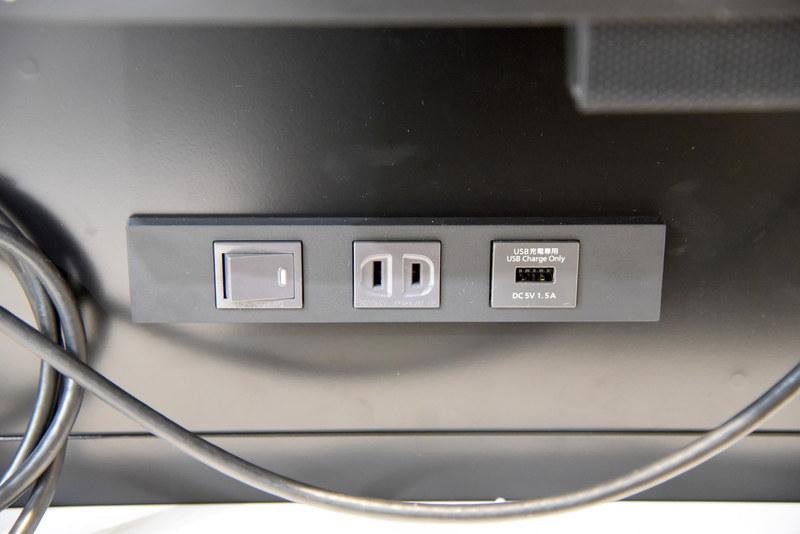 モニター下には各種電源とUSBポート