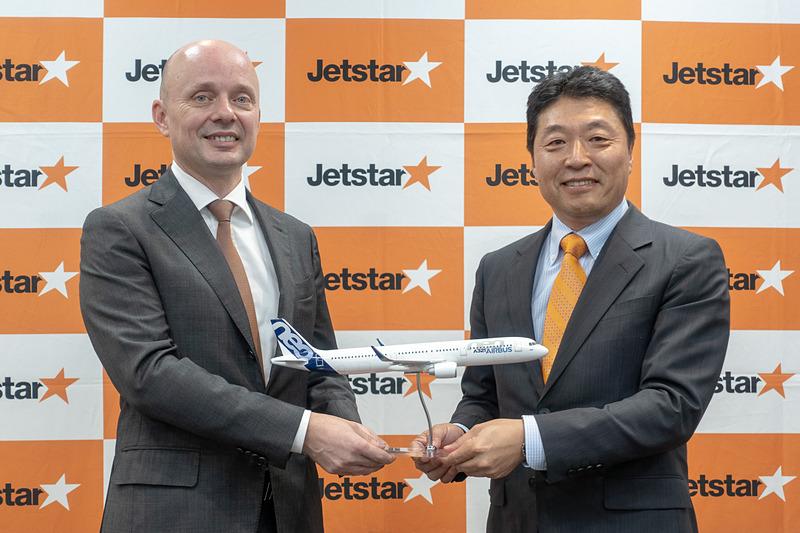 ジェットスター・ジャパンは2020年までにエアバス A321LR型機を3機導入することを発表した。右はジェットスター・ジャパン株式会社 代表取締役社長 片岡優氏、左はエアバス・ジャパン 代表取締役社長 ステファン・ジヌー氏